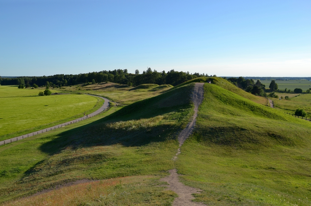 Royal_Mounds_of_Gamla_Uppsala_(by_Pudelek)_02.JPG